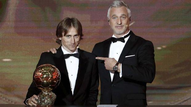 Luka Modric meraih trofi Ballon d'Or 2018.