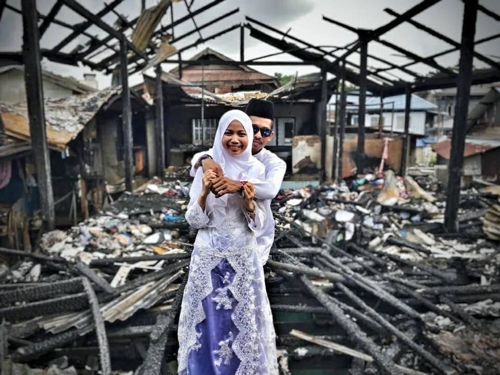 Potret Pasangan Viral, Foto Pernikahan di Depan Puing Rumah yang Terbakar
