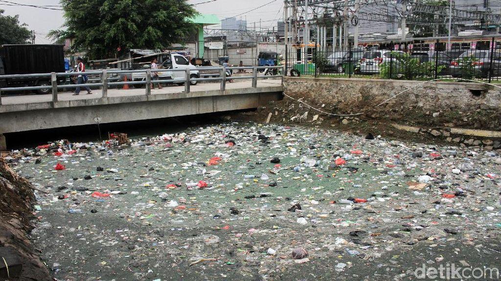Jorok! Sampah Penuhi Kali di Samping Stasiun Duri