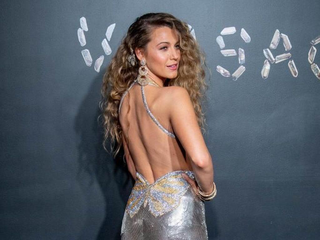 Foto: Adu Gaya Seksi Selebriti Dunia di Fashion Show Versace
