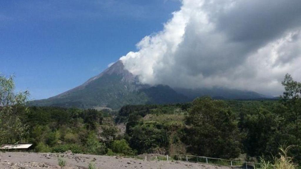 Gunung Merapi Kembali Luncurkan Lava Tadi Malam