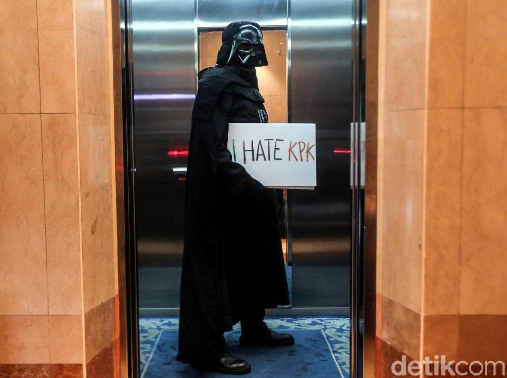 Aksi Darth Vader di Hari Antikorupsi Sedunia