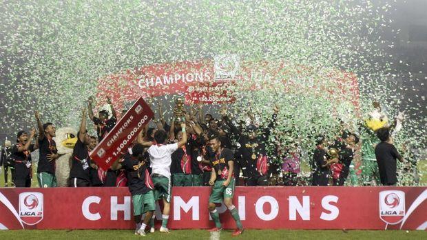 Sejumlah pemain PSS Sleman melakukan selebrasi kemenangan setelah mengalahkan Semen Padang  pada laga final Liga 2 2018 di Stadion Pakansari,   Bogor, Jawa Barat, Selasa (4/12/2018). Dalam laga tersebut PSS Sleman menang dengan skor 2-0, dan menjadi juara Liga 2 Indonesia. ANTARA FOTO/Yulius Satria Wijaya/hp.