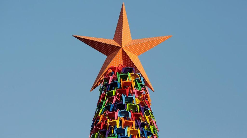 Kreatif! Begini Penampakan Pohon Natal dari Kursi Plastik