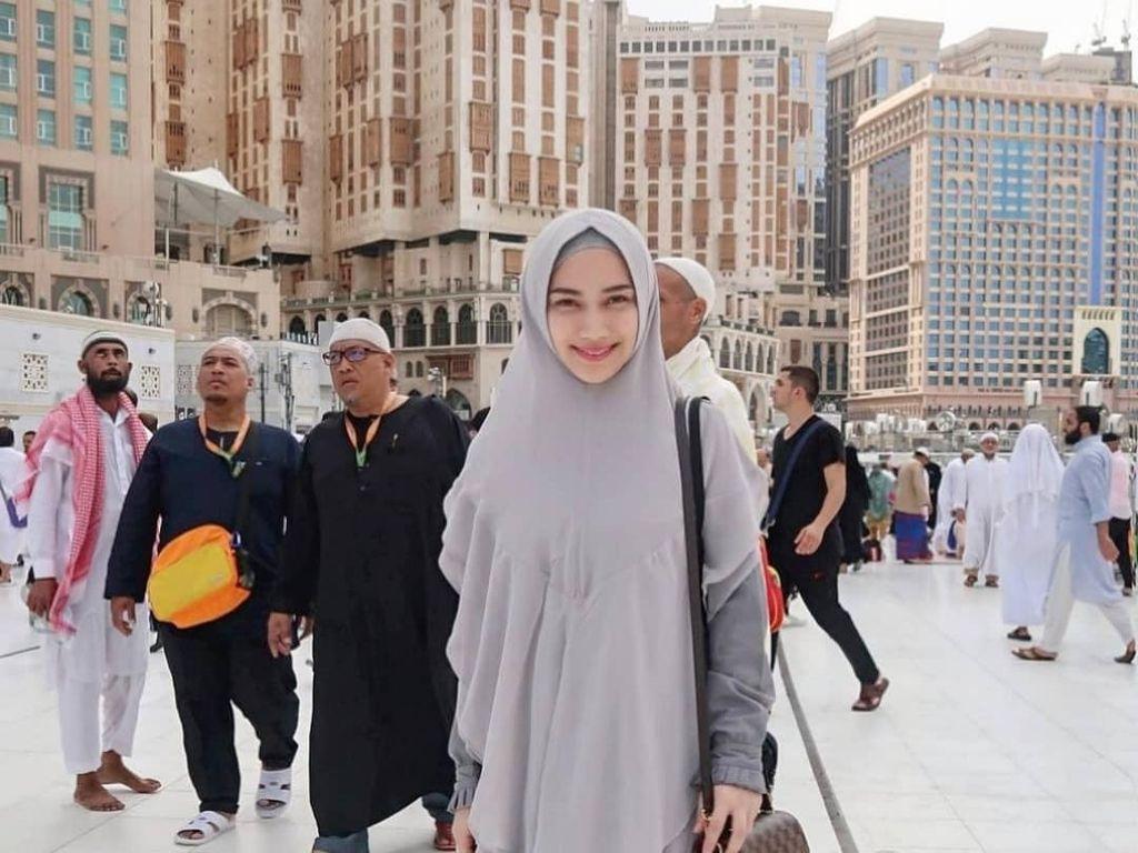 Foto: Melody Eks JKT 48 Pakai Hijab Syari Saat Umrah, Bikin Adem