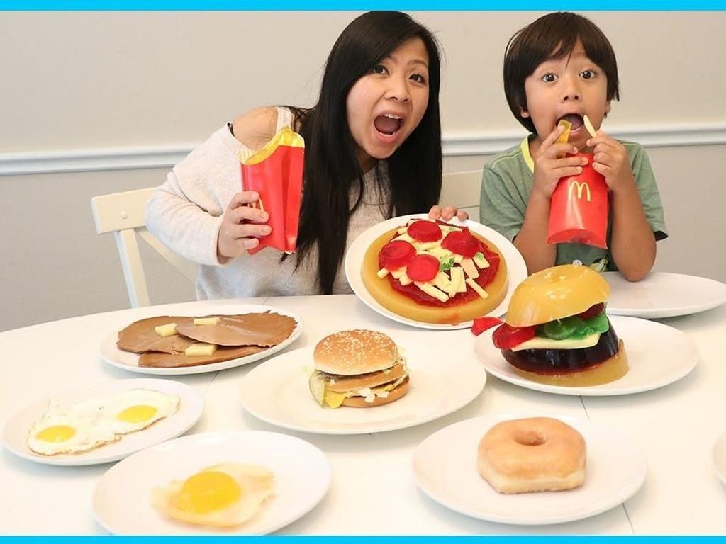 YouTuber Cilik Berpenghasilan Tertinggi Ini Suka Bikin Pizza dan Pancake