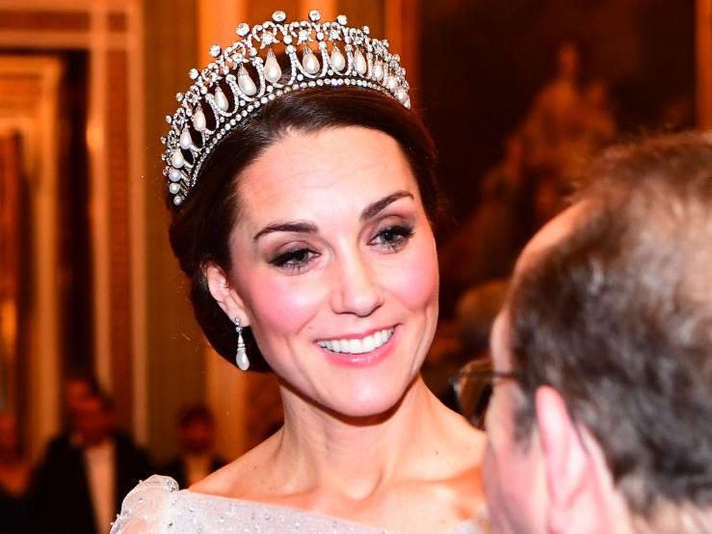 Cinderella Dunia Nyata, Kate Middleton Anggun Bergaun Perak Jenny Packham