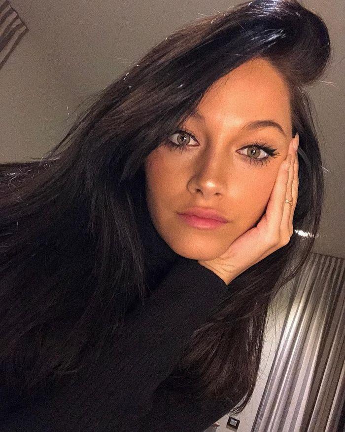 Oriana Sabatini merupakan kekasih Paulo Dybala. Oriana juga berasal dari Argentina dan berkarier sebagai penyanyi. Foto: instagram