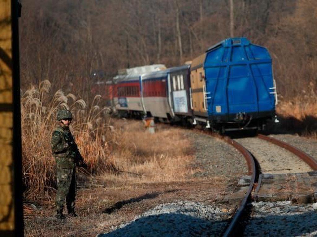 Foto: Perjalanan Kereta Bersejarah dari Korsel ke Korut