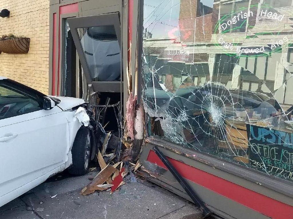 Dianggap Tak Beruntung, Restoran Ini Ditabrak 3 Mobil dalam Setahun