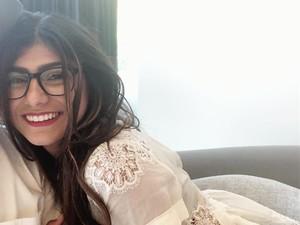 Kacamata Mia Khalifa saat Bintangi Film Porno Ditawar Rp 1,4 Miliar