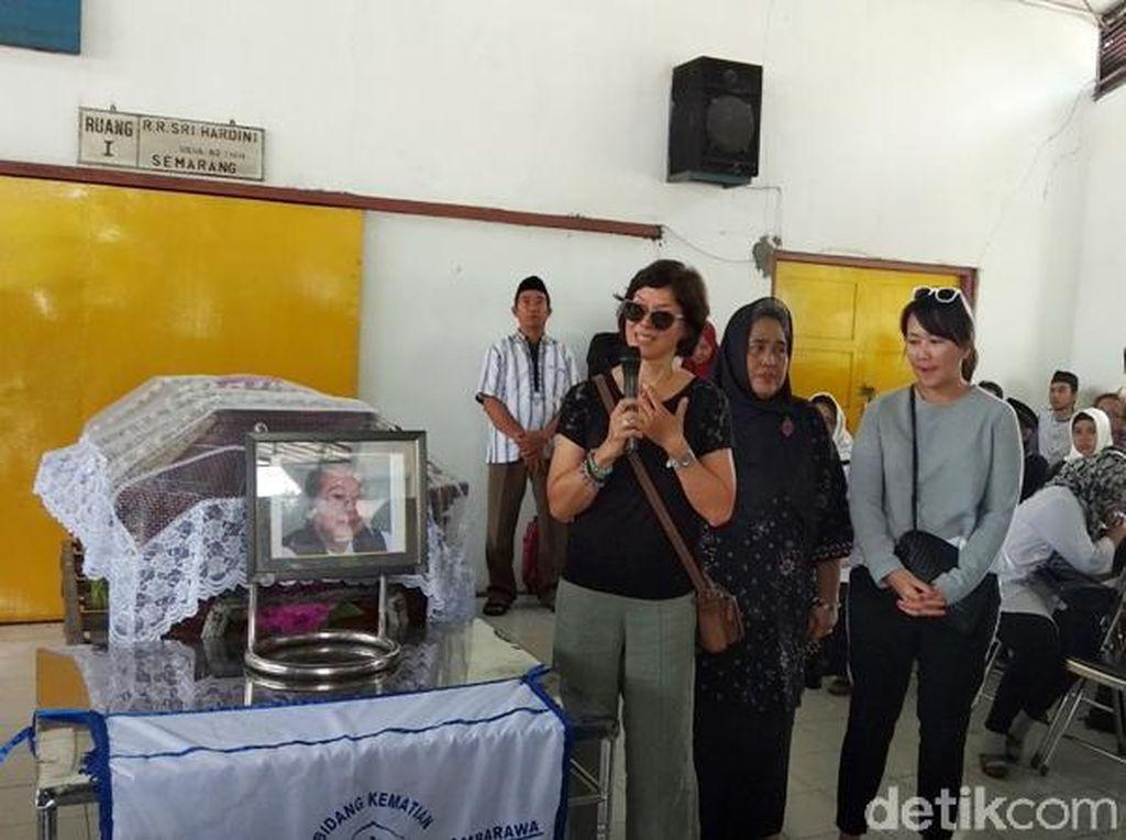 Keluarga Nh Dini akan Gelar Peringatan di Bali