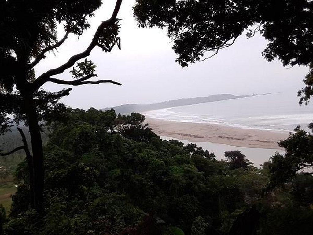 Menikmati Pantai Sarwana dengan Cara Tak Biasa