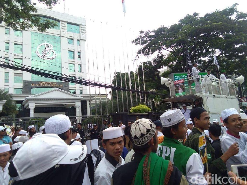 Habib Bahar akan Diperiksa, FPI Demo di Depan Bareskrim