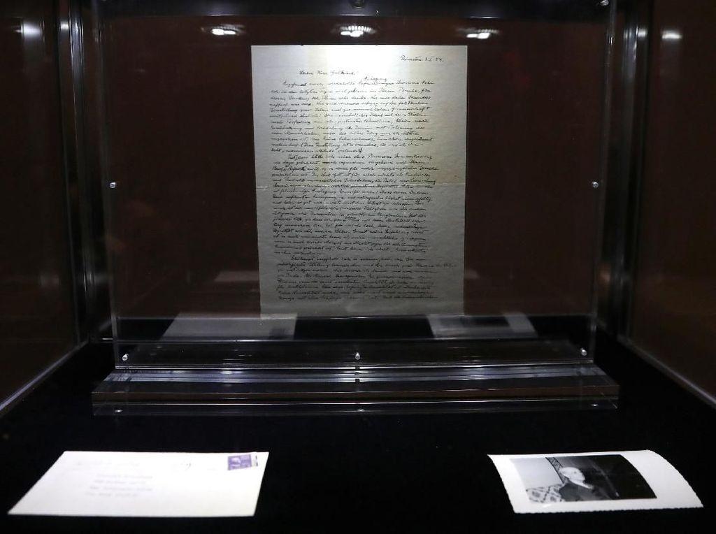 Ini Surat Tuhan Albert Einstein yang Terjual Rp 41 Miliar