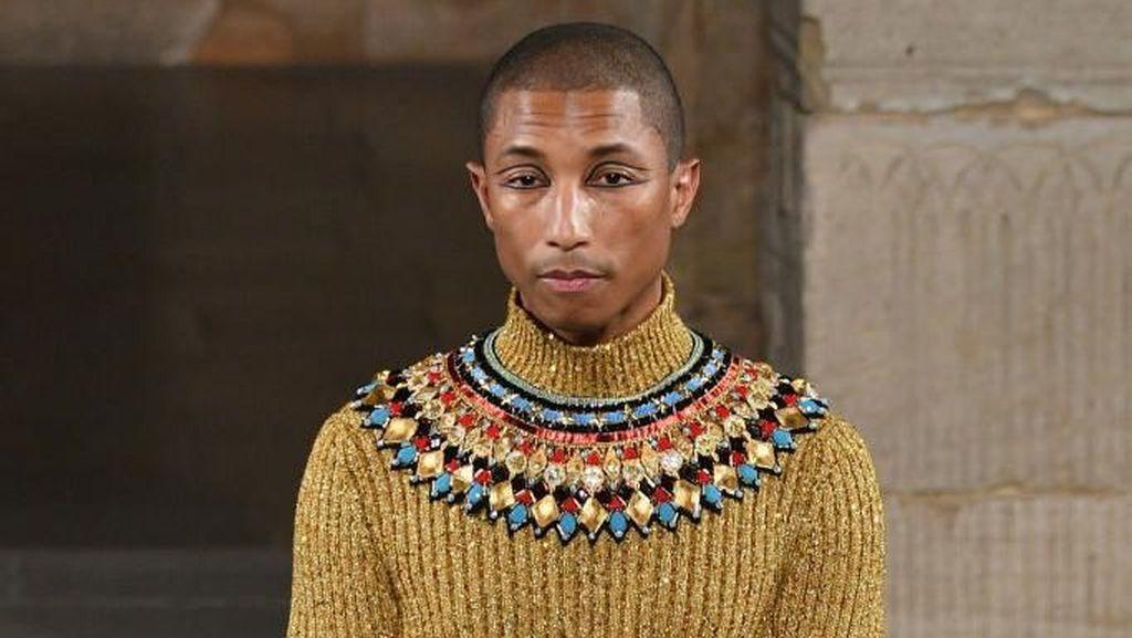 Foto: Bak Raja Firaun, Pharrell Williams Curi Perhatian di Show Chanel