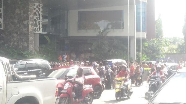 Para pegawai keluar gedung setelah gempa 5,7 M di NTB/
