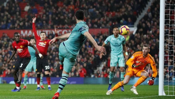 Alex Iwobi kecewa dengan kegagalan Arsenal menang di kandang Manchester United (Reuters)