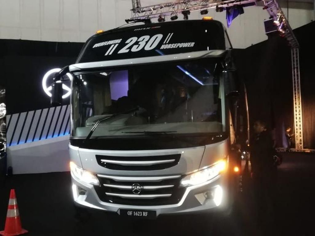 Bus Baru Mercedes-Benz Kuat Minum B20