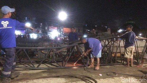 Petugas Evakuasi Rangka Crane yang Jatuh di Kemayoran