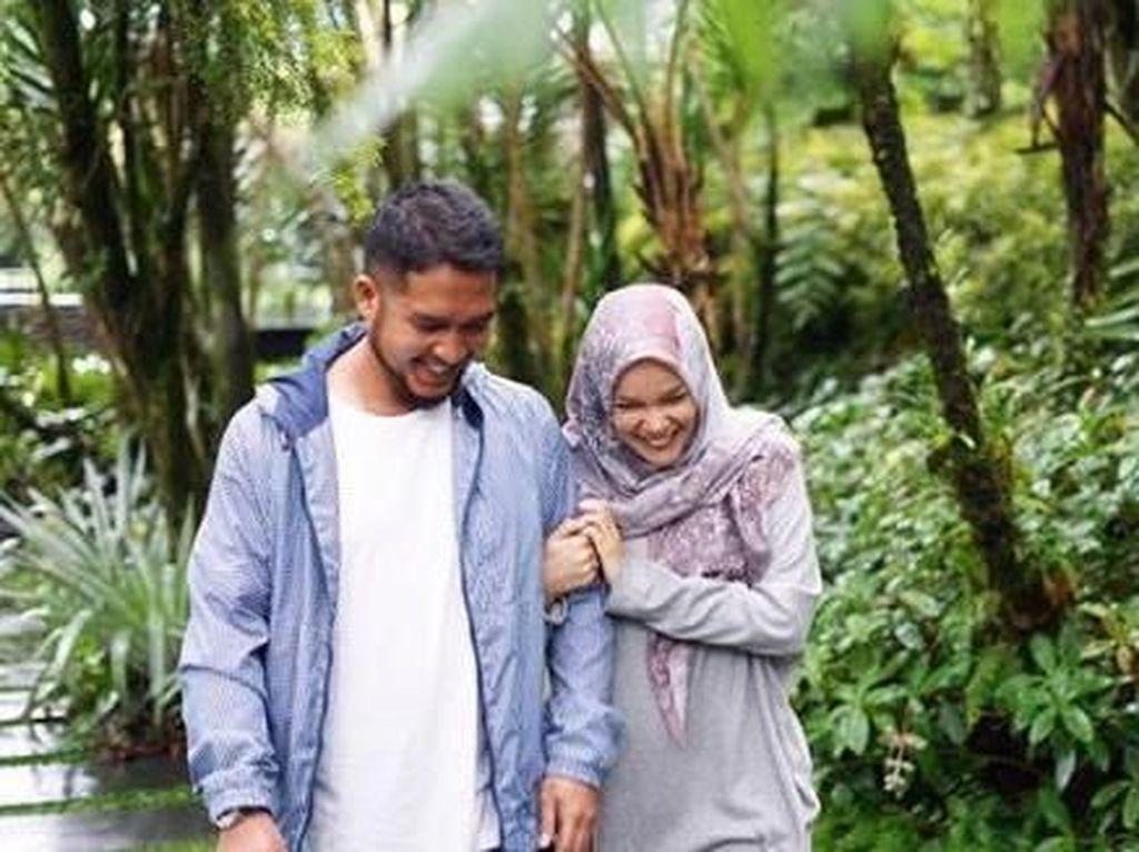 7 Momen Manis dan Romantis Dewi Sandra Bareng Suami