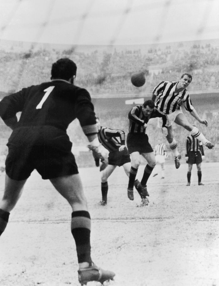 Salah satu laga derby dItalia yang paling kontroversial terjadi pada 10 Juni 1961. Usai menang 3-1 di Giuseppe Meazza, Inter Milan dihadiahi kemenangan 2-0 di markas Juventus karena fans tuan rumah masuk ke lapangan. Tapi Juventus banding dan sehari sebelum laga terakhir musim, FIGC memutuskan laga diulang. Inter pun kehilangan dua poin karena kemenangan di Turin hilang, padahal sebelumnya punya poin yang sama dengan Juve di puncak. Di laga terakhir musim itu, Juve memastikan juara usai Inter kalah dari Catania. Pada laga replay di Juni 1961 itu, Inter protes dengan menurunkan pemain muda lalu kalah 1-9. (Foto: Keystone/Getty Images)