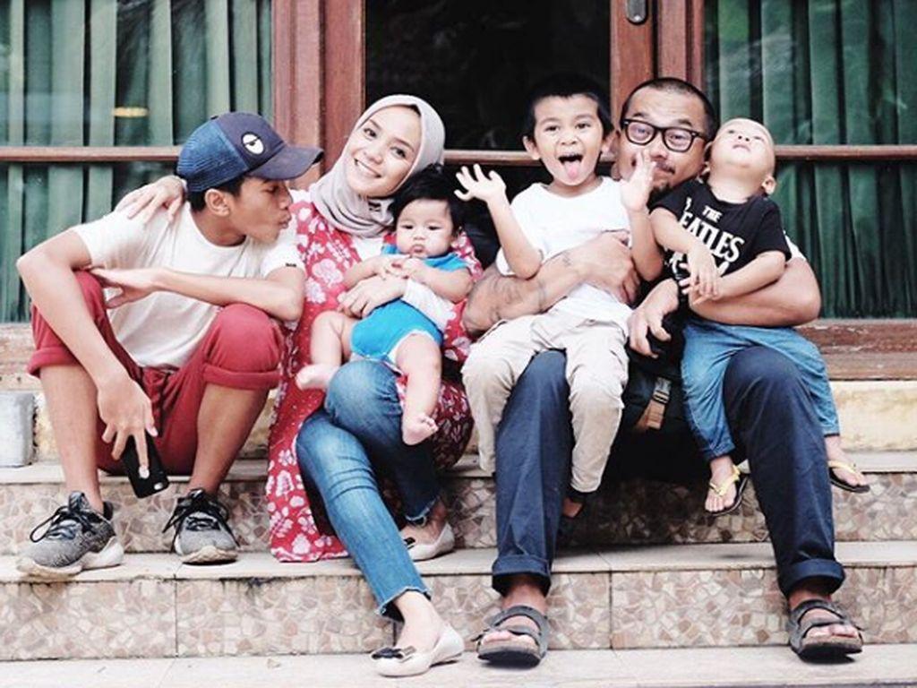 7 Potret Seru Enno Lerian dan Keluarga Kecilnya