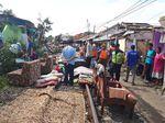 Warga Korban Puting Beliung Bogor Jemur Kasur di Rel
