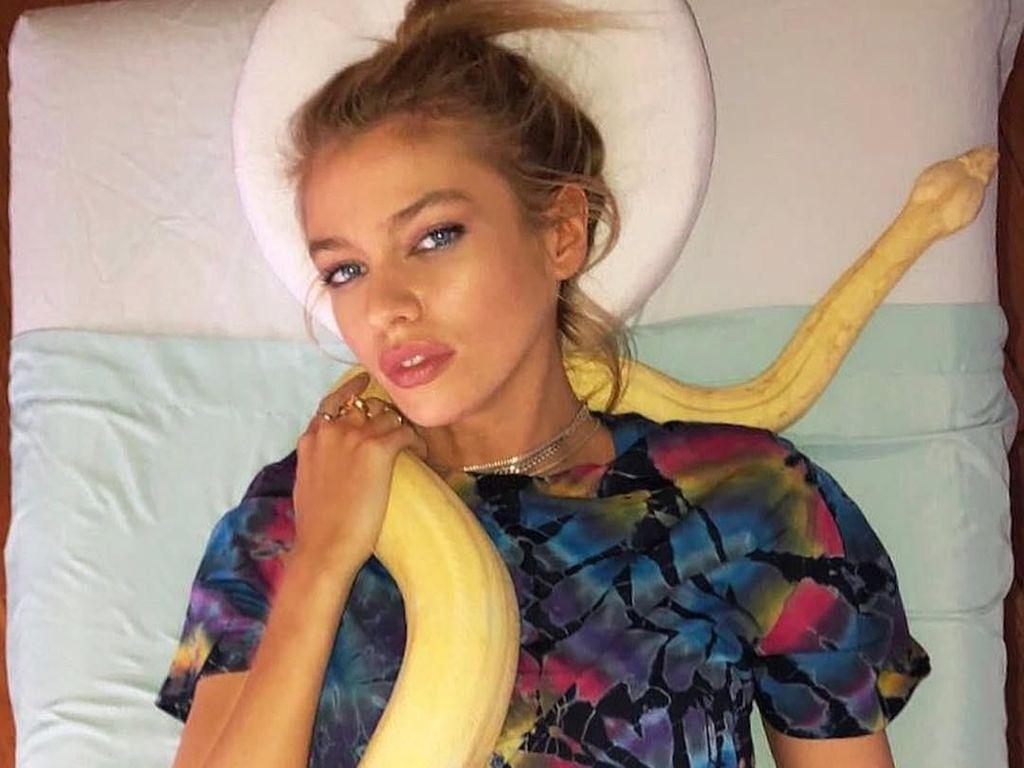 Ngeri! Model Victorias Secret Dipijat dengan Ular Piton