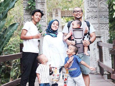 Enno Lerian bersama suami dan anak-anak/