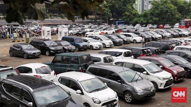 Mobil dan Sepeda motor yang terparkir di Park and Ride kawasan MH Thamrin, Jakarta (7/12). Pemerintah Provinsi DKI Jakarta berencana menaikkan tarif layanan parkir per Januari 2019 yang akan mulai diterapkan pertama kali di lapangan parkir Ikatan Restoran dan Taman Indonesia (IRTI) Monumen Nasional (Monas) dan kemudian diterapkan di sejumlah lokasi parkir lainnya. ( CNN Indonesia/ Hesti Rika )