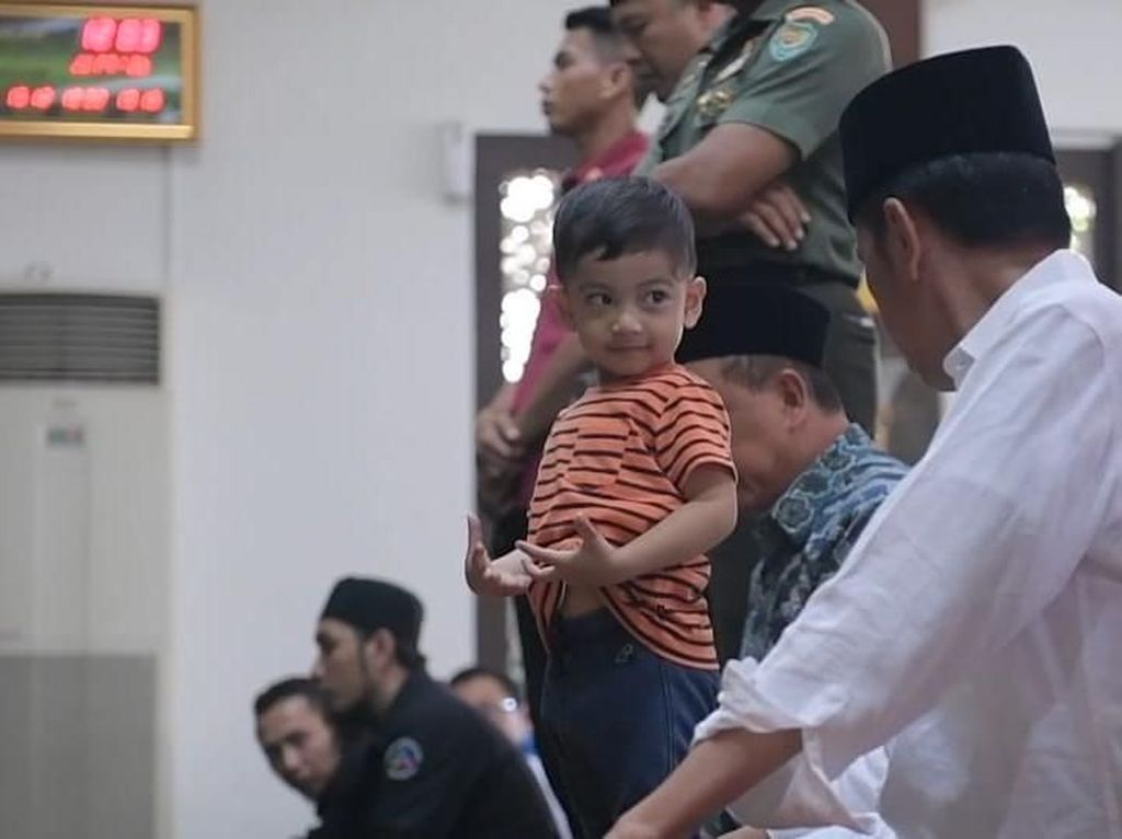 Potret Jokowi Salat Jumat Bareng Cucunya Jan Ethes