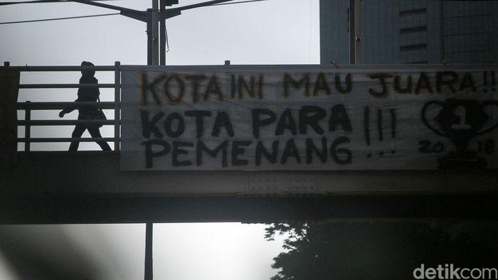 Jelang laga penentuan juara Liga 1 sejumlah spanduk terpasang di beberapa wilayah di Jakarta, Jumat (7/12).