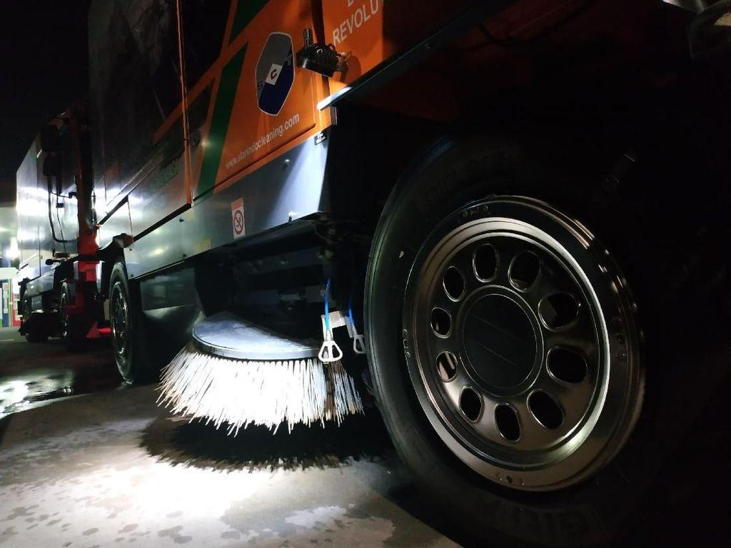 Biar Tak Dimaki Orang di Jalanan, Road Sweeper Beraksi Dini Hari