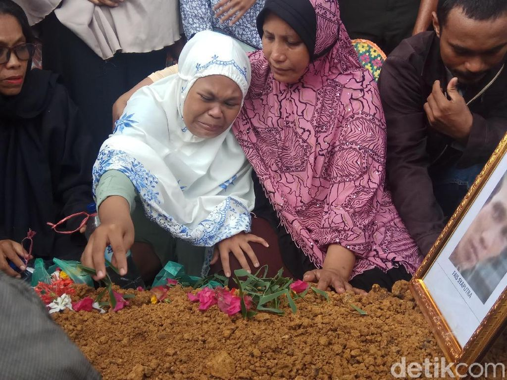 Tangis Istri saat Fais Syaputra Korban KKB di Papua Dimakamkan