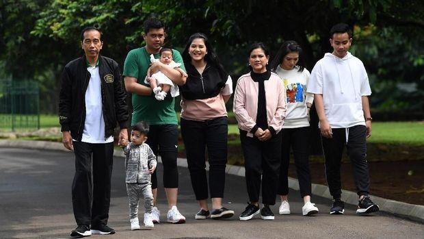 Presiden Joko Widodo (kiri) menggandeng cucu Jan Ethes (kedu kiri) bersama Ibu Negara Iriana Joko Widodo (ketiga kanan), putra Gibran Rakabuming Raka (kanan) dan istri Selvi Ananda (kedua kanan), putri Kahiyang Ayu (tengah) bersama suami Bobby Nasution serta cucu Sedah Mirah berjalan di kawasan Istana Bogor, Jawa Barat, Sabtu (8/12). Dalam kegiatan tersebut, presiden bersama keluarga menyusuri kawasan Istana Bogor, Kebun Raya Bogor serta melakukan bincang media bersama wartawan kepresidenan. ANTARA FOTO/Wahyu Putro A/hp.