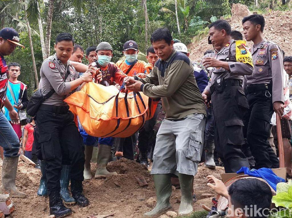 Begini Proses Evakuasi 4 Korban Tewas Longsor Pacitan