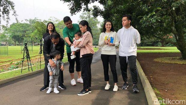 Jokowi mengajak anak, menantu, dan cucunya jalan sehat di Bogor.