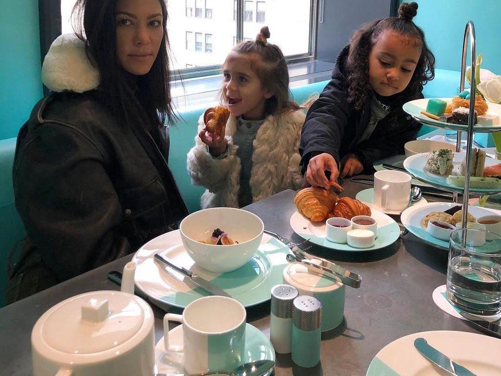 Kourtney Kardashian Ajak Sekolah Anaknya Kurangi Pemakaian Alat Makan Plastik