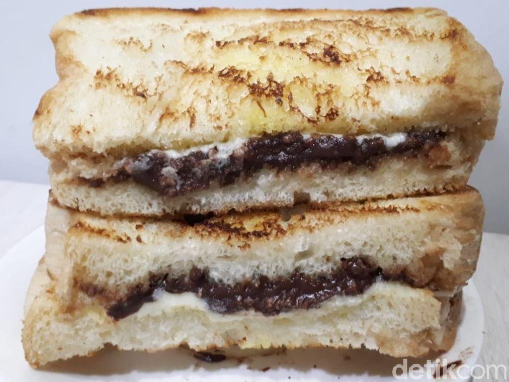Yuk, Ngemil Roti Bakar Cokelat dan Pooki Cokelat Keju!