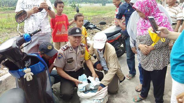 Warga menemukan e-KTP yang terbuang di daerah Pondok Kopi, Duren Sawit.