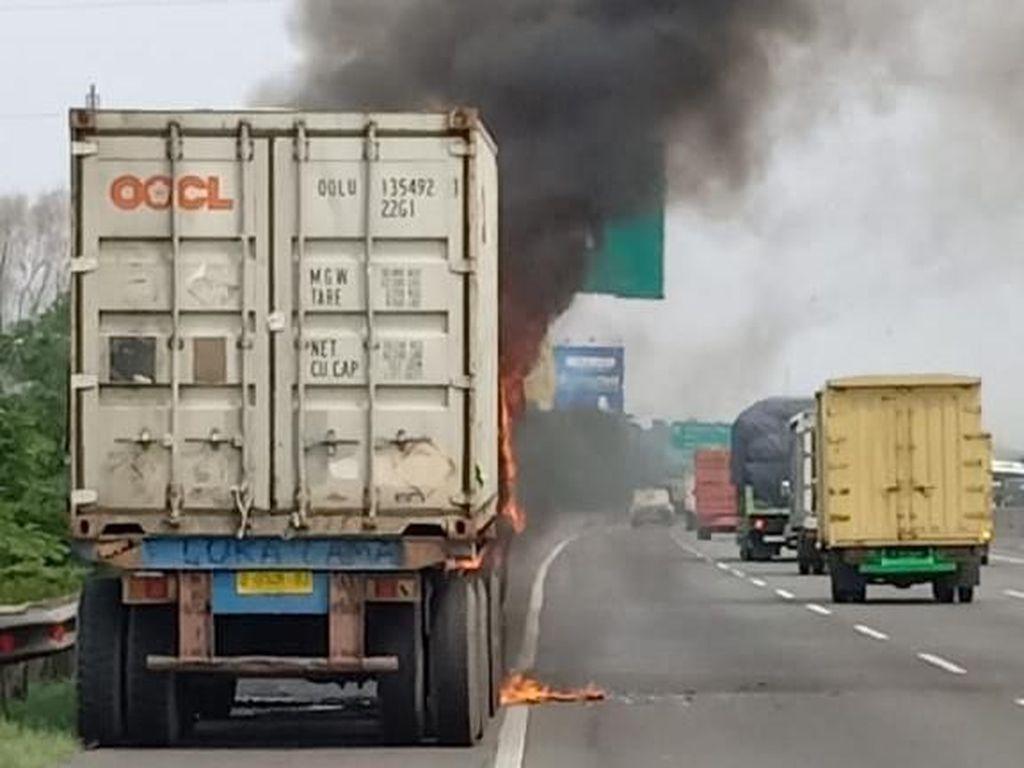 Ada Truk Kontainer Terbakar, Tol Jakarta Arah Cikampek Padat
