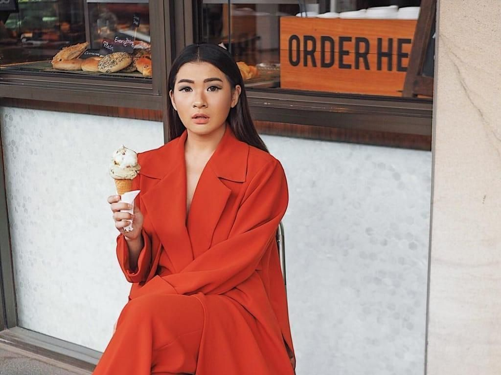 Gaya Keren Selebgram Anaz Siantar Saat Ngemil Es Krim dan Minum Es Kopi