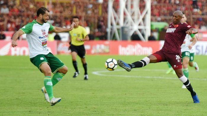 Pemain PSM Makassar Alessandro Ferreira (kanan) berebut bola dengan pesepakbola PSMS Medan Reinaldi Lobo (kiri).  (Yusran Uccang/Antara)