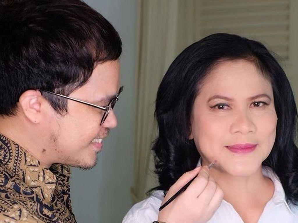 Iriana Jokowi Tampil Elegan dengan Blus Kebaya Saat Nyoblos Pemilu