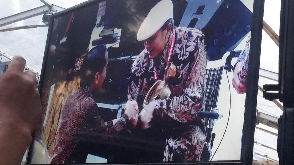 Momen Jokowi Jongkok Saat Beri Penghargaan ke Putu Wijaya
