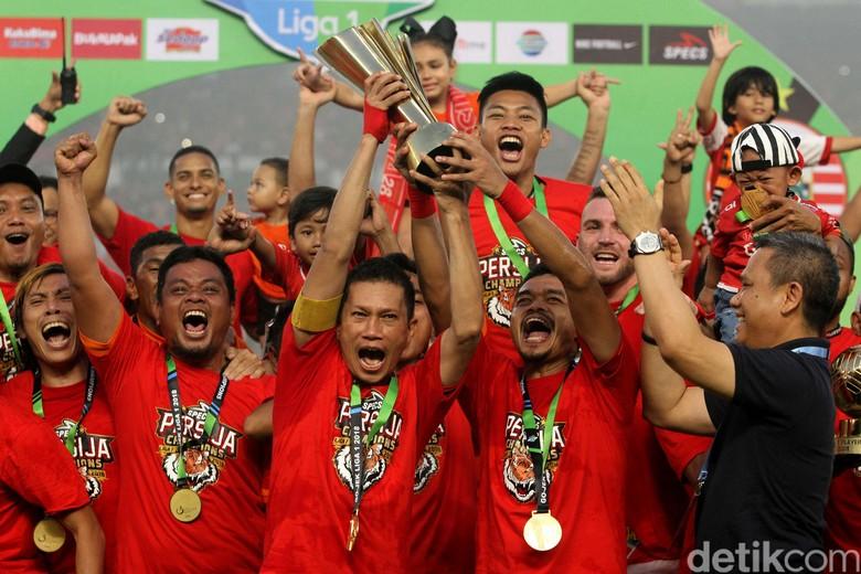 Momen Bersejarah Persija Angkat Trofi Liga 1 2018