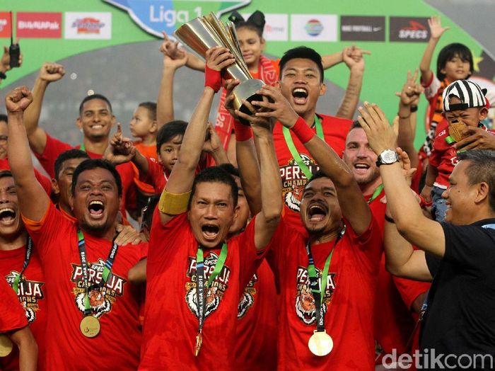 Pemain Persija Jakarta, Ismed Sofyan-Bambang Pamungkas, mengangkat trofi Liga 1 2018. (Foto: Rifkianto Nugroho)