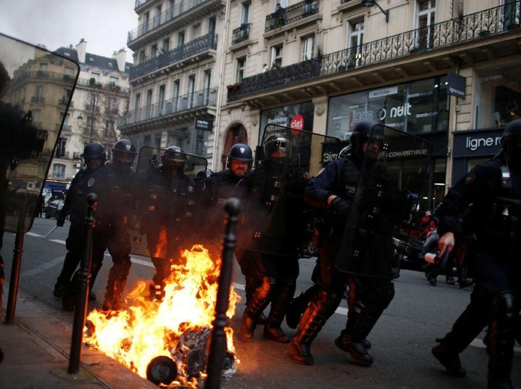 Polisi dan Demonstran Bentrok di Paris, 30 Orang Terluka