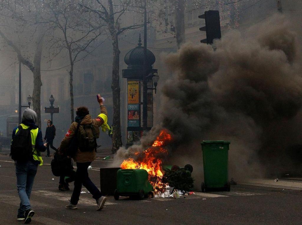 Foto: Polisi Bentrok dengan Demonstran Rompi Kuning di Paris